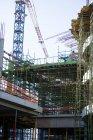 Кран і будівлі будівельному майданчику в (літо) — стокове фото