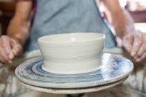 Seção média do potter que faz o potenciômetro na loja de cerâmica — Fotografia de Stock
