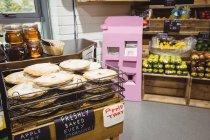 Apple tarts on cooling rack in supermarket — Stock Photo