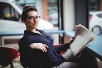 Портрет предпринимательницы, держащей газету в кафе — стоковое фото