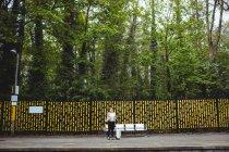 Женщина против деревьев на платформе железнодорожного вокзала — стоковое фото