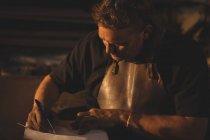 Кузнец готовит заметки в мастерской — стоковое фото