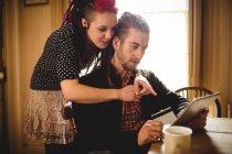 Hipster пара за допомогою планшета для онлайн покупки в домашніх умовах — стокове фото