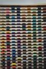 Красочные катушки нитей в коробке в швейной мастерской — стоковое фото