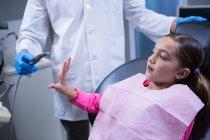 Giovane paziente spaventato durante il check-up dentale in clinica — Foto stock
