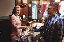 Людина робить оплати кредитною карткою його в перукарні — стокове фото
