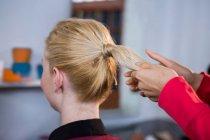 Жіночий перукар стиль клієнтами волосся в салоні — стокове фото