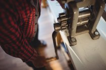 Goldsmith manufacturing ring in workshop — Stock Photo