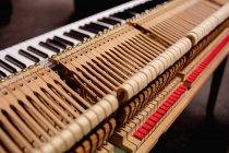 Close-up de teclado de piano antigo na oficina — Fotografia de Stock