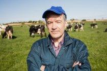 Retrato do close-up de confiante trabalhador permanente no campo gramado — Fotografia de Stock