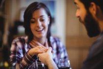 Homme cadeau bague doigt à la femme à la maison — Photo de stock