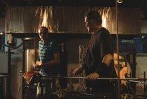 Glassblowers формування розплавленого скла на заводі glassblowing — стокове фото