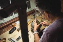 Внимательная ремесленница работает в мастерской — стоковое фото