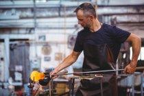 Ventilador de vidro formando e moldando um vidro fundido na fábrica de sopro de vidro — Fotografia de Stock