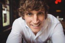 Портрет бармен, посміхаючись на камеру в м. бар — стокове фото