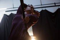 Гімнастка виконує гімнастики Хооп в фітнес-студія — стокове фото