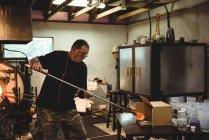 Soffiatore di vetro modellatura vetro fuso in fabbrica di soffiaggio vetro — Foto stock