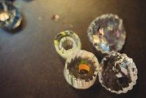 Close-up de fatias de vidro na mesa na fábrica de sopro de vidro — Fotografia de Stock
