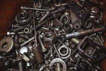Nahaufnahme von verschiedenen Nüssen und Teile in Werkstatt — Stockfoto