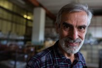 Портрет усміхнений митець glassblowing заводу — стокове фото