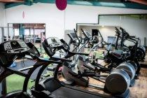 Перегляд порожній тренажерний зал обладнання у фітнес-студія — Stock Photo