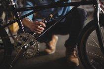 Механік вивчення велосипедів в майстерні — стокове фото