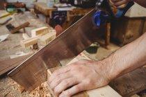 Людина різання дерев'яна Планка на верфі — стокове фото