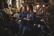 Mechanics using laptop in workshop — Stock Photo