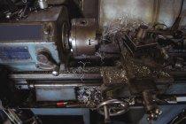 Close-up da máquina de torno na oficina mecânica industrial — Fotografia de Stock