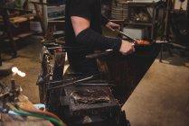 Обрезанное изображение формирования стеклодува и формирования расплавленного стекла на стекольном заводе — стоковое фото