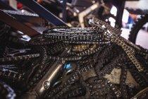 Primer plano de las cadenas de motocicleta en el taller - foto de stock