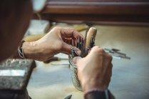 Close-up de artesã segurando várias ferramentas na oficina — Fotografia de Stock