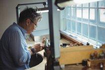 Artesã atenta que trabalha em oficina — Fotografia de Stock