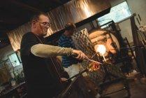 Команда glassblowers опалення скла в печі при glassblowing заводу — стокове фото