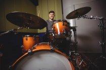 Студент играет на ударных в студии — стоковое фото