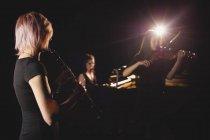 Жінки грають різні інструмент в музичній школі — стокове фото