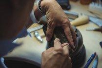 Крупный план мастера, работающего в мастерской — стоковое фото