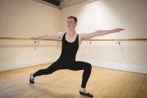 Балерино практикует балетный танец в студии и отворачивается — стоковое фото