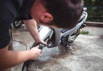 Lavagem de moto com arruela de pressão na oficina — Fotografia de Stock