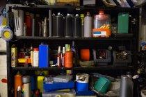 Nahaufnahme von Motoröl und Ausrüstung in den Regalen in Werkstatt — Stockfoto