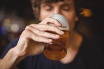Homme prenant un verre de bière au bar — Photo de stock