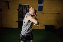 Красивый спортивный тайский боксер, занимающийся боксом в спортзале — стоковое фото