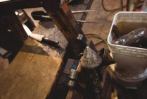 Nahaufnahme von Glasblasinstrumenten auf dem Tisch in der Glasbläserei — Stockfoto