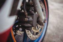 Передні колеса мотоцикла в промислових механічних майстерень — стокове фото