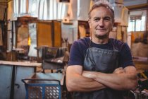 Портрет митець з обіймами, що перейшли на заводі glassblowing — стокове фото