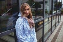 Retrato hermosa mujer usando windcheater durante la temporada de lluvias - foto de stock