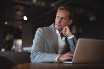 Uomo d'affari premuroso che utilizza il computer portatile alla scrivania in ufficio — Foto stock