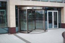 Vista da entrada moderna do edifício de escritório — Fotografia de Stock