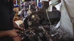 Механік, які працюють на промислових токарні машини в майстерні — стокове фото