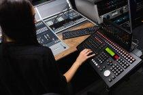 Studentin benutzt Tonmischpult im Studio — Stockfoto
